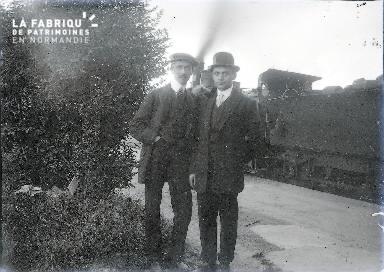 B075 Deux hommes posant devant le train