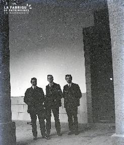 B075 Trois hommes dans un couloir