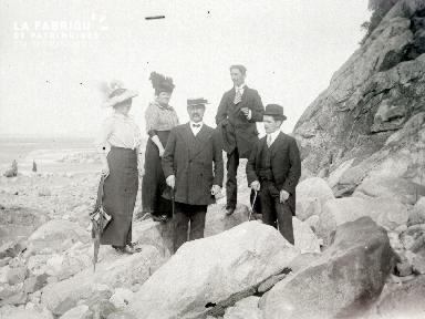 B076 Portrait de groupe au pied des falaises