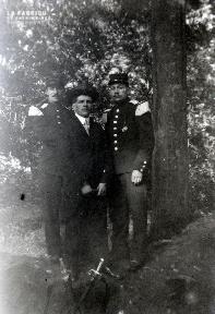 B077 Trois hommes sous un arbre