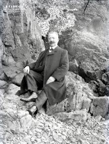B079 L'homme assis au pied de la falaise 1