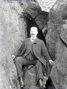 B079 L'homme assis au pied de la falaise 2