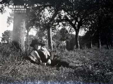 B079 Une femme sous un arbre 2