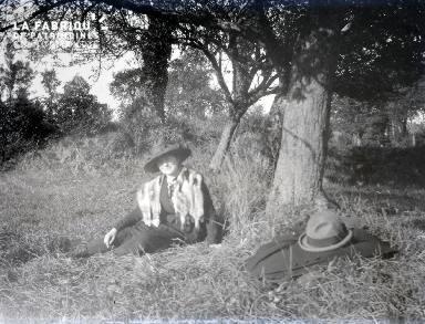 B079 Une femme sous un arbre