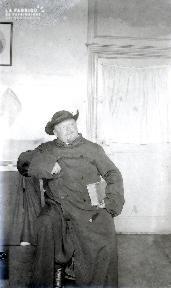 B082 L'homme avec un livre sous le bras