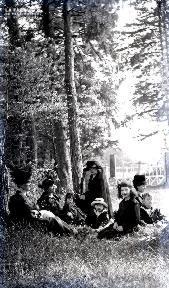B084 Portrait de groupe au pied des arbres