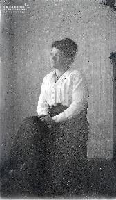 B088 Femme assise