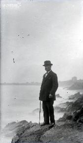 B088 L'homme sur les rochers