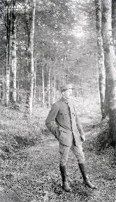 B089 Militaire dans le sous bois