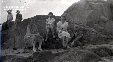 B090 Assis dans les rochers