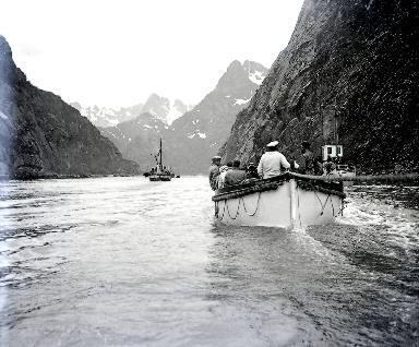C001 Canot dans le fjord