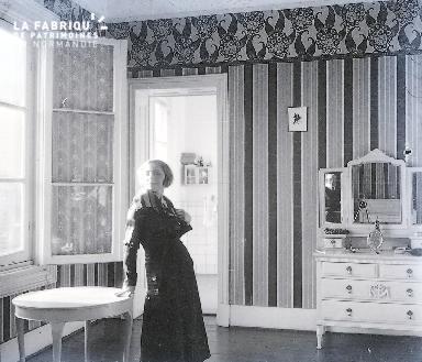 C001 Femme à la fenêtre