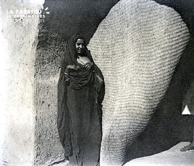 C001 La femme noire