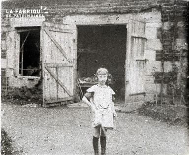 E001 La petite fille au diabolo