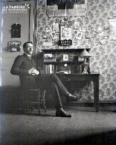 C009 Portrait d'homme assis au bureau