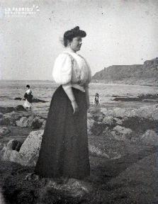 C011 La drôle de femme sur la plage