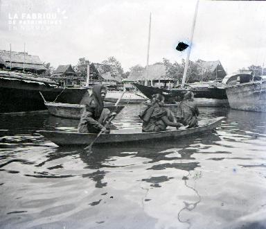 Femmes sur une barque