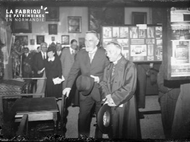 Groupe d'hommes en visite dans un musée