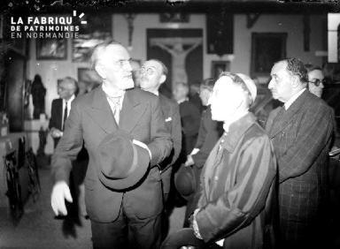 Inauguration, hommes dans un musée