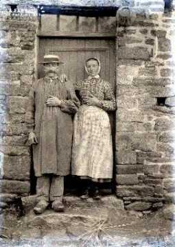 Couple sur le pas de la porte
