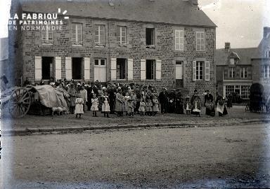 Villageois et leurs enfants devant l'école