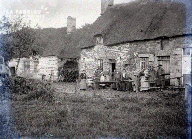 Une famille devant sa maison