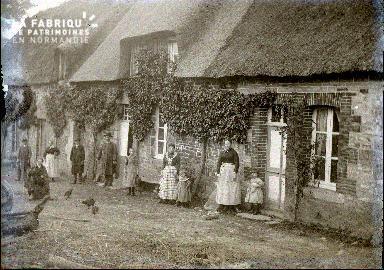 Photo de famille devant leur maison