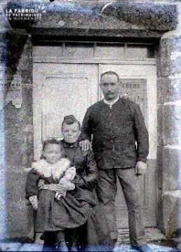 Couple et leur fille devant une maison en vente