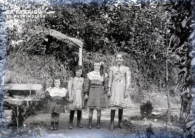 Quatre fillettes dans un jardin