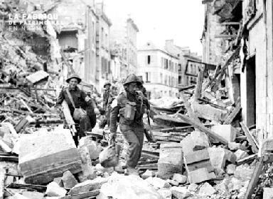 Soldats anglais dans les ruines de Caen