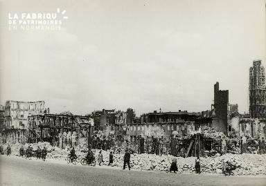 Les civils parmi les gravats à Rouen après les bombardements en 1940