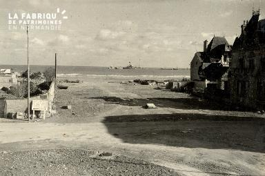 Le port artificiel vu de la place centrale de Hermanville sur Mer