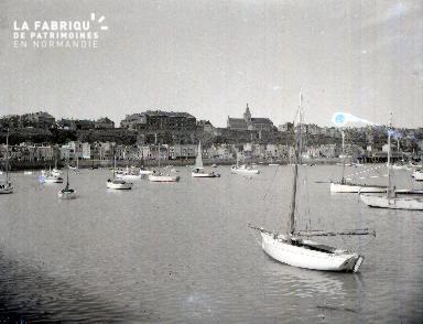 Granville C Barque dans le port 2