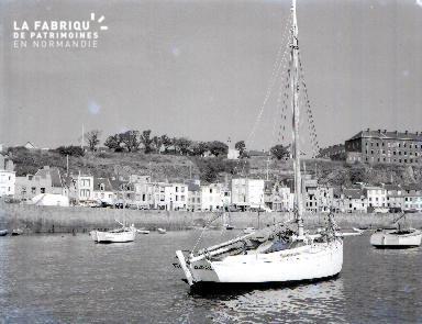 Granville C Barque dans le port 3