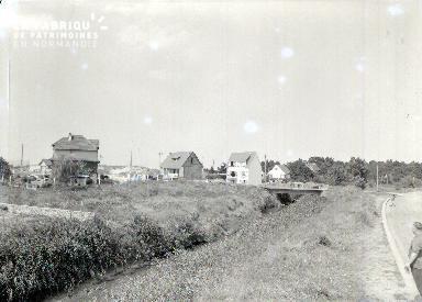 Granville C maisons au bord de la route