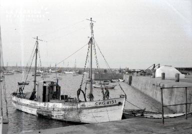 Granville D Bateau de pêche dans le port 2