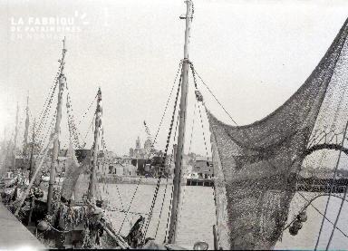 Granville D Bateau de pêche dans le port 3