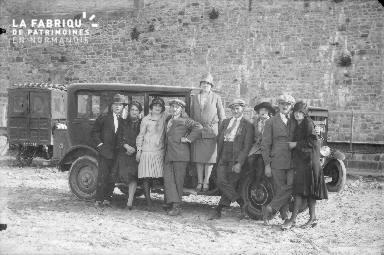B001 Groupe devant une automobile