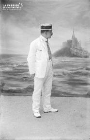 B001 Homme au costume blanc