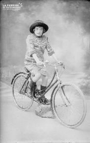 B001 Jeune femme sur un vélo