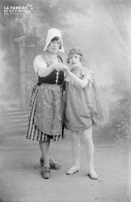 B001 Jeune fille papillon et femme en costume