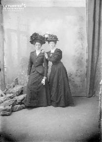 B002 Deux femmes