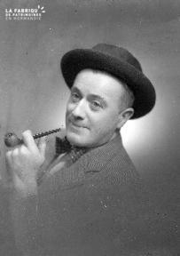 B004 Portrait d'un homme à la pipe