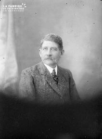 B004 Portrait d'un homme à moustache