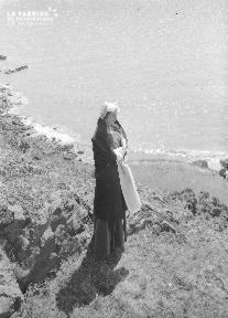 B005 Jeune femme devant le port 3