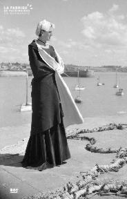 B005 Jeune femme devant le port