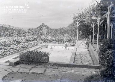 B009 enfants au bord d'une piscine