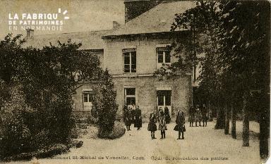 cl 02 133 Pensionnat St-Michel de Vaucelles Caen- Cour de récréation d