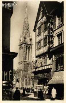 cl 03 009 Caen- Le clocher de St-Pierre vue de la rue St-Jean