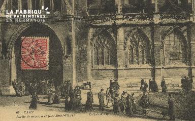 Cl 04 008 Caen- Sortie de messe à l'église St-Pierre